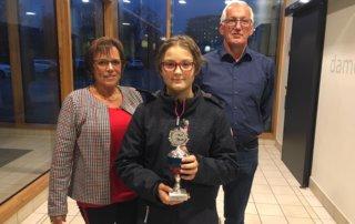 Lara Vogt (2007) gewinnt den Nachwuchs-Allrounder Pokal gesponsert von der Familie Kaczmarek.